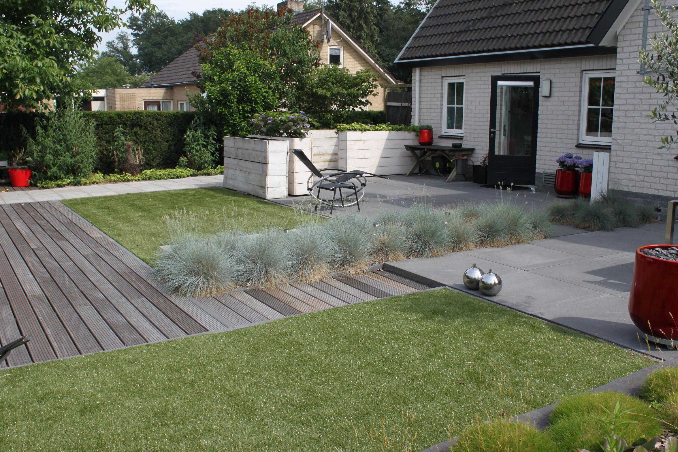 Het gras is groener bij de buren niet met kunstgras in de tuin plezierig wonen - Hoe een heuvelachtige tuin te plannen ...