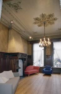 Interieur,_overzicht_achterkamer_met_schouw_en_plafond_met_stucwerk,_herenhuis_-_Oosterhout_-_20358829_-_RCE