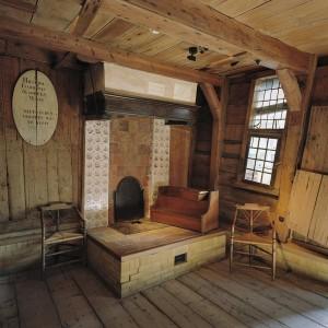 Interieur,_overzicht_van_de_schouw_in_het_interieur_van_het_houten_huis_binnen_het_stenen_huis_-_Zaandam_-_20341840_-_RCE